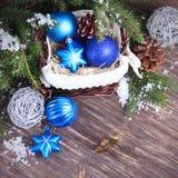 Nieuwjaarachtergrond met blauwe Kerstmisballen Royalty-vrije Stock Afbeeldingen