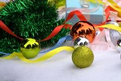 Nieuwjaarachtergrond met een Kerstboom met blauw en zilveren ballen en klatergoud stock foto