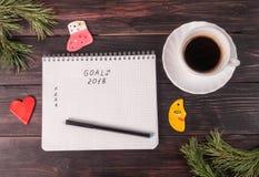 Nieuwjaarachtergrond met notitieboekje, kop van koffie en sparren Royalty-vrije Stock Afbeeldingen