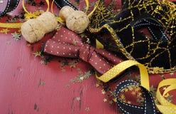 Nieuwjaarachtergrond op rode verontruste houten close-up Royalty-vrije Stock Fotografie