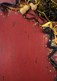 Nieuwjaarachtergrond op rood verontrust hout Stock Afbeelding