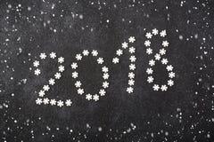 Nieuwjaarachtergrond van sneeuwvlokken, snoepjes, suikergoed, kaneel, het jaar 2018 van het ballenaantal Royalty-vrije Stock Fotografie