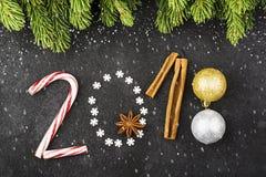 Nieuwjaarachtergrond van sneeuwvlokken, snoepjes, suikergoed, kaneel, het jaar 2018 van het ballenaantal Stock Fotografie