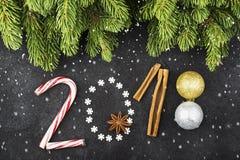 Nieuwjaarachtergrond van sneeuwvlokken, snoepjes, suikergoed, kaneel, het jaar 2018 van het ballenaantal Royalty-vrije Stock Foto