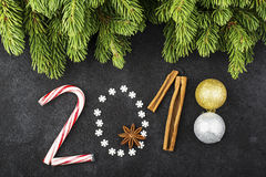 Nieuwjaarachtergrond van sneeuwvlokken, snoepjes, suikergoed, kaneel, het jaar 2018 van het ballenaantal Stock Foto