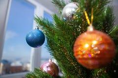 Nieuwjaarboom dichtbij venster bij de winter stock afbeelding