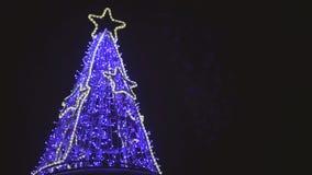 Nieuwjaarboom met dioden blauw licht dat wordt verfraaid stock footage