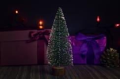 Nieuwjaarboom op een donkere achtergrond met giftdozen royalty-vrije stock afbeelding
