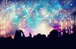 Nieuwjaarconcept die - menigte en vuurwerk toejuichen stock foto