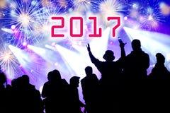 2017 nieuwjaarconcept Het vieren menigte en vuurwerk Royalty-vrije Stock Afbeelding