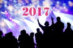 2017 nieuwjaarconcept Het vieren menigte en vuurwerk Royalty-vrije Stock Foto