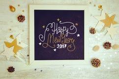 Nieuwjaardecoratie en objecten de vlakte legt foto met zwart bordkader Stock Afbeelding