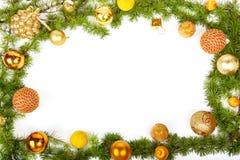 Nieuwjaardecoratie met pijnboom of spar en gele ornamenten stock foto