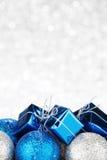 Nieuwjaargift en ballen Royalty-vrije Stock Afbeeldingen
