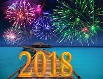 Nieuwjaarinschrijving 2018 op de houten weg over het overzeese en Nieuwjaar` s vuurwerk Royalty-vrije Stock Afbeelding