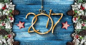 2017 nieuwjaarkader met groene pijnboom, kleurrijke snuisterijen en sterren Stock Fotografie