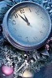 Nieuwjaarklok die met sneeuw wordt gepoederd. Stock Afbeeldingen