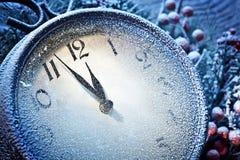 Nieuwjaarklok met sneeuw wordt gepoederd die. Royalty-vrije Stock Fotografie