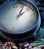 Nieuwjaarklok met sneeuw wordt gepoederd die. Royalty-vrije Stock Foto's