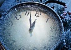 Nieuwjaarklok met sneeuw wordt gepoederd die. Royalty-vrije Stock Foto