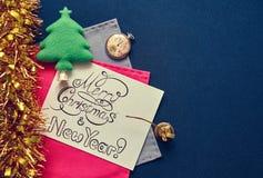 Nieuwjaarprentbriefkaar met festivaldecoratie en felicitatieinschrijving Stock Foto's