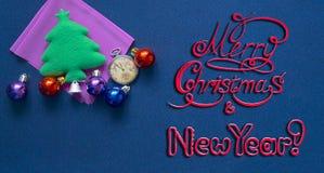 Nieuwjaarprentbriefkaar met festivaldecoratie en felicitatieinschrijving Royalty-vrije Stock Foto's
