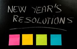 Nieuwjaarresoluties met krijt worden geschreven over bord met de lege kleurrijke nota's die van het post-itsmemorandum royalty-vrije stock foto's