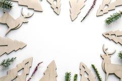 Nieuwjaarsamenstelling met sparren van triplex en takjes De achtergrond van Kerstmiseco voor presentatie van het werk of tekst stock afbeeldingen
