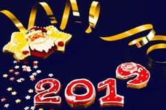 Nieuwjaarskaart op blauwe achtergrondpeperkoek rode nummer 2019 met multi-colored sterren, Santa Claus stock afbeeldingen