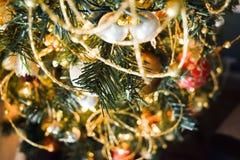 Nieuwjaarsnuisterijen op verfraaide Kerstboom met vage achtergrond Royalty-vrije Stock Afbeeldingen