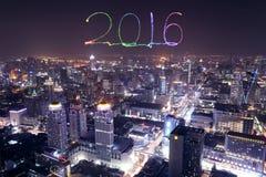 2016 nieuwjaarvuurwerk die over cityscape van Bangkok bij nacht vieren Royalty-vrije Stock Foto's