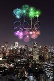 2016 nieuwjaarvuurwerk die over cityscape van Tokyo nigh vieren bij Stock Afbeeldingen