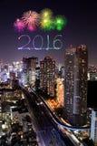 2016 nieuwjaarvuurwerk die over cityscape van Tokyo nigh vieren bij Royalty-vrije Stock Afbeeldingen