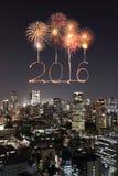 2016 nieuwjaarvuurwerk die over cityscape van Tokyo nigh vieren bij Stock Fotografie