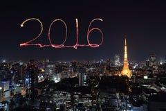 2016 nieuwjaarvuurwerk die over cityscape van Tokyo nigh vieren bij Royalty-vrije Stock Foto