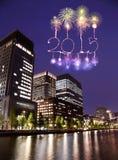 2015 nieuwjaarvuurwerk die over cityscape van Tokyo vieren Royalty-vrije Stock Afbeelding