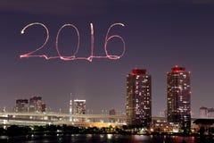 2016 nieuwjaarvuurwerk die over cityscape van Tokyo vieren Royalty-vrije Stock Foto's