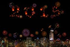 2015 nieuwjaarvuurwerk die over stad bij nacht vieren Stock Fotografie