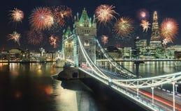Nieuwjaarvuurwerk in Londen bij de Torenbrug met vuurwerk, royalty-vrije stock foto