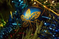 Nieuwjaren bal in blauwe gouden kleur Stock Foto's
