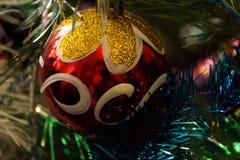 Nieuwjaren rode bal op een kleurrijke achtergrond Royalty-vrije Stock Afbeelding