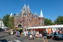 Nieuwmarkt kwadrat z ludźmi odwiedza rynek, Amsterdam holandie zdjęcie royalty free