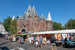 Nieuwmarktvierkant met mensen die een markt, Amsterdam bezoeken Nederland royalty-vrije stock foto