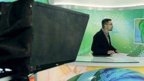 Nieuws anchorman op het werk stock footage