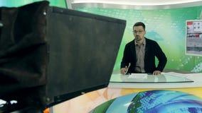 Nieuws anchorman op het werk stock video