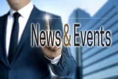 Nieuws en Gebeurtenissentouchscreen wordt in werking gesteld door zakenman stock foto's