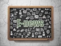 Nieuwsconcept: E-nieuws op de achtergrond van de Schoolraad Stock Foto's