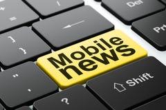Nieuwsconcept: Mobiel Nieuws op de achtergrond van het computertoetsenbord Stock Foto