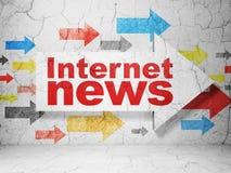 Nieuwsconcept: pijl met Internet-Nieuws op de achtergrond van de grungemuur Royalty-vrije Stock Afbeelding