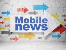 Nieuwsconcept: pijl met Mobiel Nieuws op de achtergrond van de grungemuur Stock Foto's